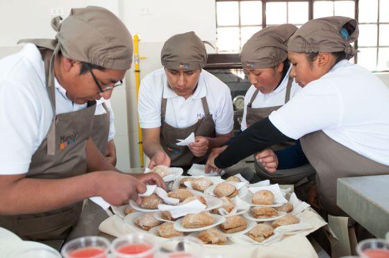 Estudiantes en la cocina Manq'a Santa Isabel en El Alto (Bolivia).