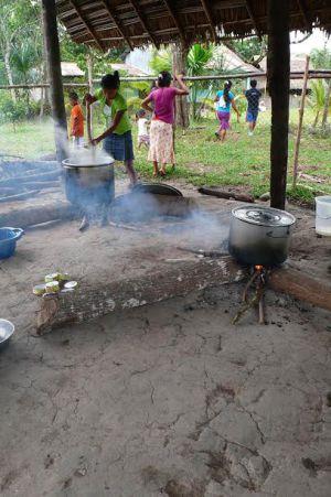 Un poblado awajún se prepara para comer / Ignacio Medina