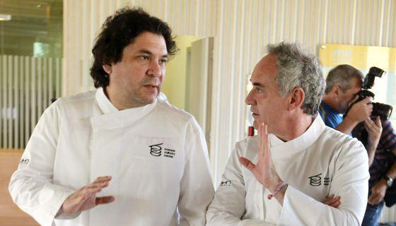 Los cocineros Ferrán Adriá y Gastón Acurio conversan tras la reunión del consejo asesor del Basque Culinary Center de San Sebastián / EFE