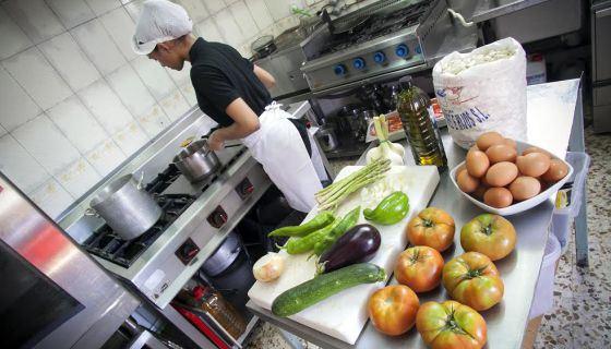 La cocina de un restaurante en Madrid. / SANTI BURGOS
